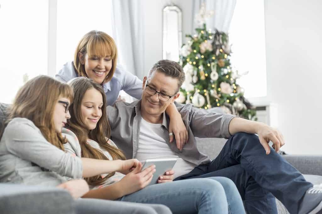 Familie bestiller juletræ online via tablet